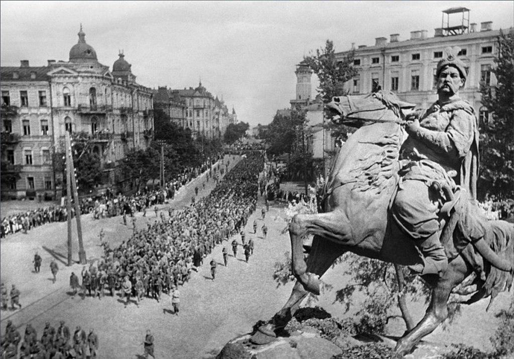 16 августа 1944 года колонну немецких военнопленных провели по улицам Киева