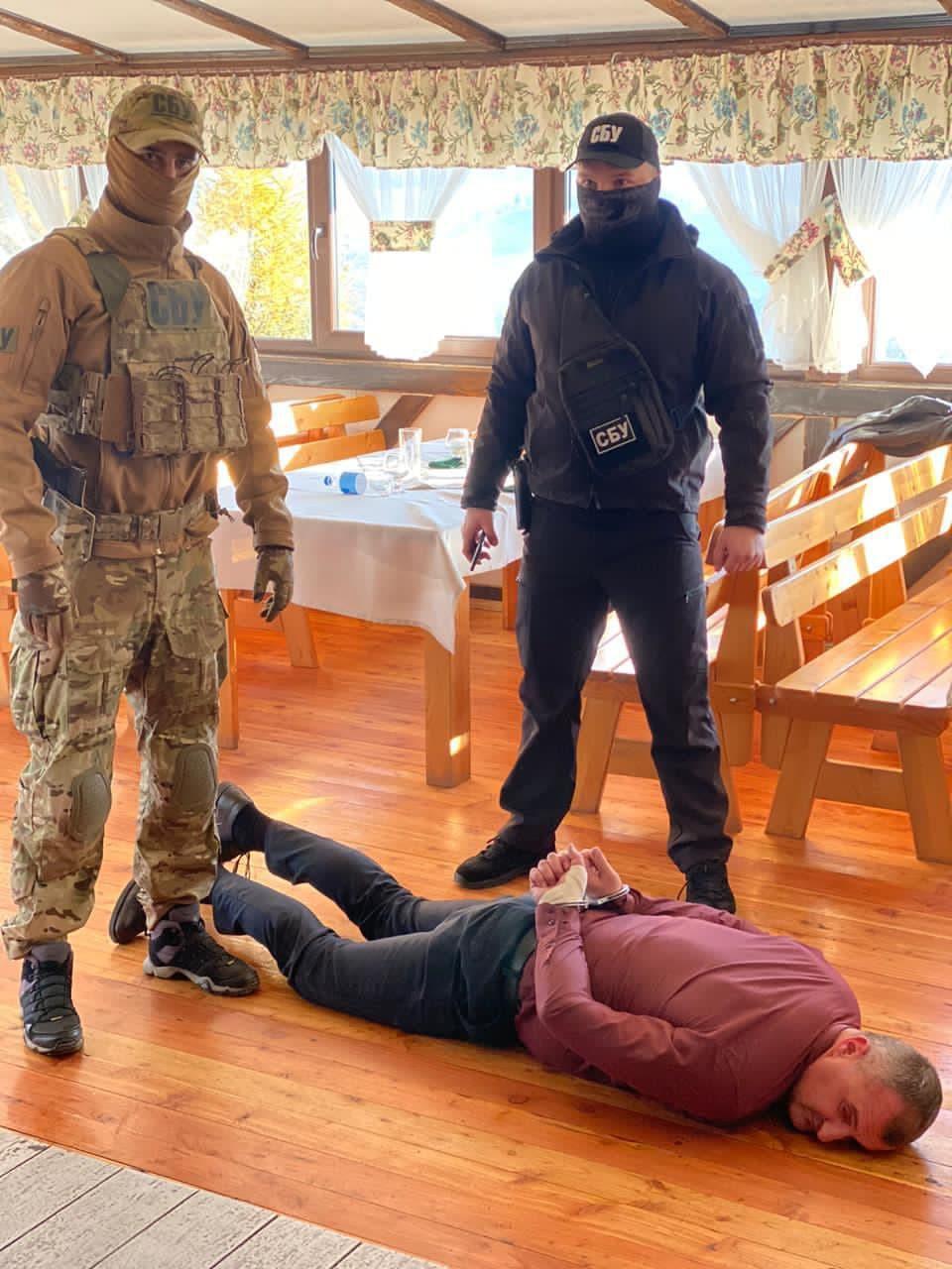 Эксклюзивные фото с места задержания главы ОТГ в Закарпатье прямо из ресторана