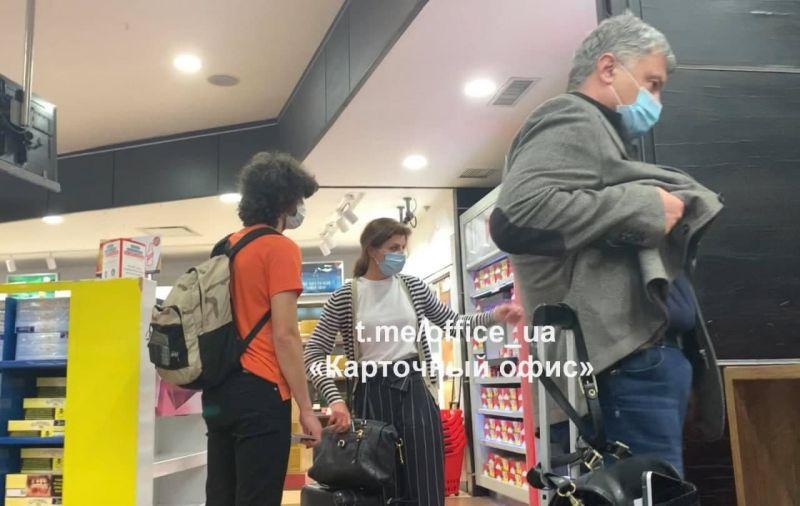 Семья Порошенко в аэропорту города Гуаякиль
