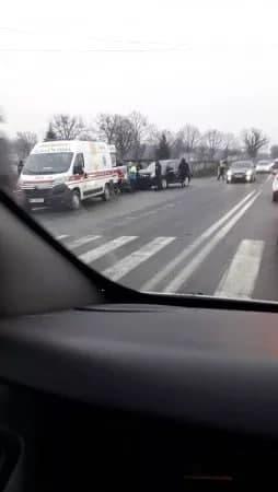 В Мукачево возле центрального кладбища ДТП: Джип разрушил половину легковушки