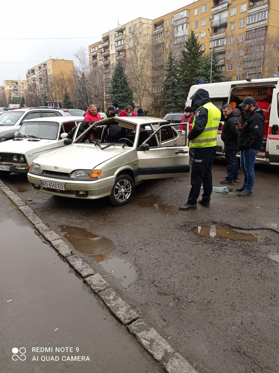В Ужгороде у взорвавшегося автомобиля сложилась крыша
