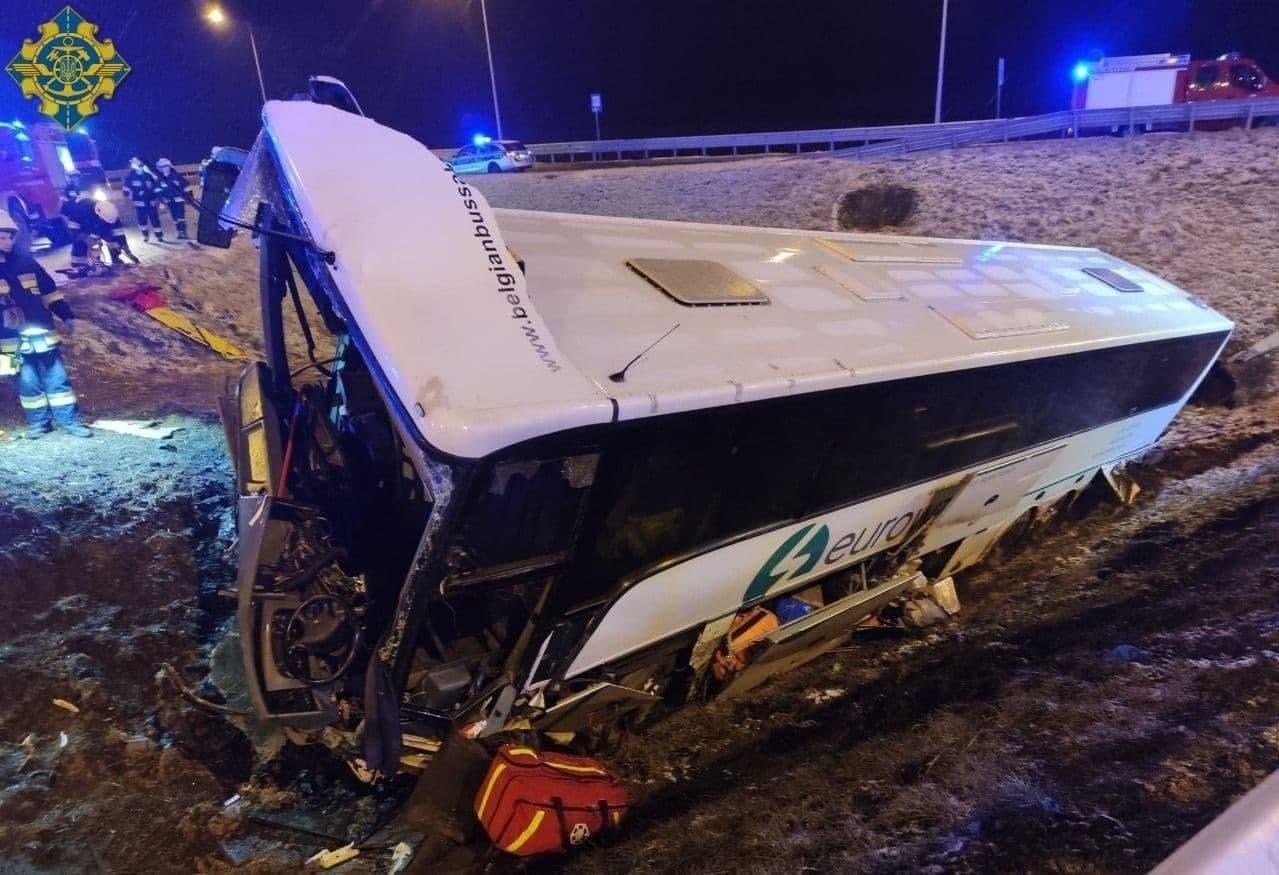 Украинские заробитчане попали в ужасающую аварию в Польше: Перёд автомобиля сплющило как гармошку (ФОТО)