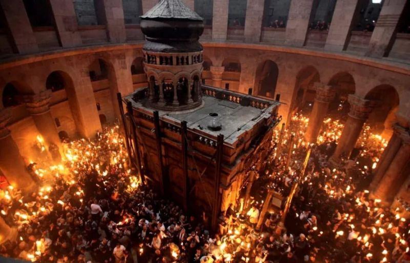 С Праздником! Только что в Иерусалиме сошел Благодатный огонь. Христос Воскресе!