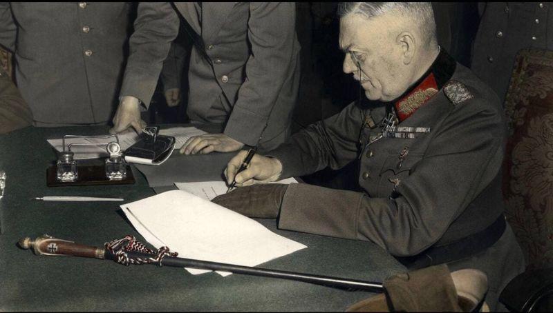 9 мая 1945 года. 00 часов 43 минуты . Карлсхорст - предместье Берлина. Фельдмаршал Кейтель подписал Акт о безоговорочной капитуляции фашистской Германии и её вооружённых сил.