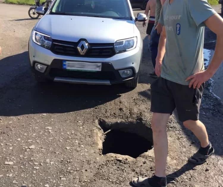 В Мукачево дырявая дорога таки довела до истерики одного человека