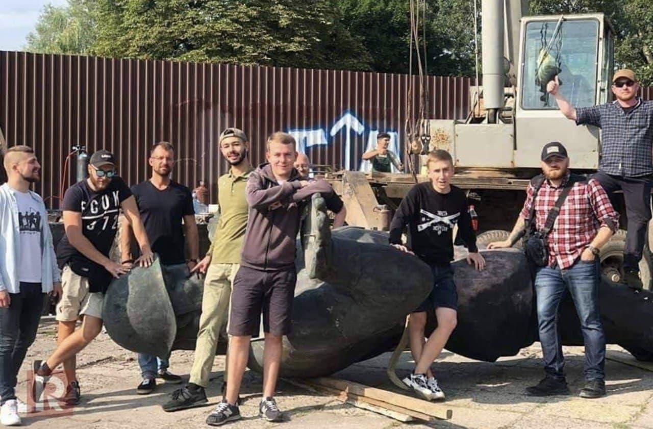 Львов. Нацисты позируют на фоне сброшенного памятника красноармейцу