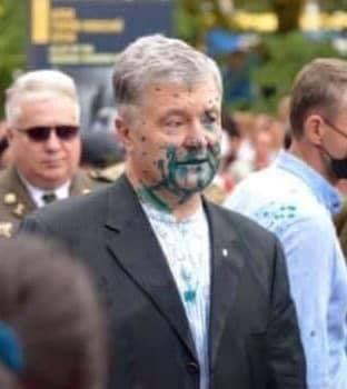 Петра Порошенко на марше ветеранов АТО и националистов облили зелёнкой