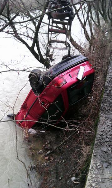 Водитель не справился с управлением и съехал в русло реки Боржава