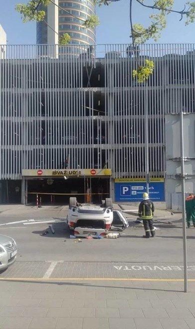 Водитель кроссовера перепутала педали и пробила ограждение автостоянки
