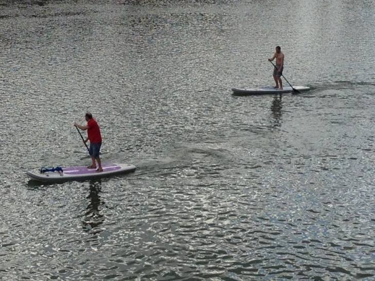 В Ужгороде двое мужчин устроили необычный для наших краев заплыв