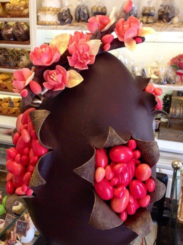 На изготовление яйца, высотой более метра ушло 17 кг чер. и 3 кг бел. шоколада