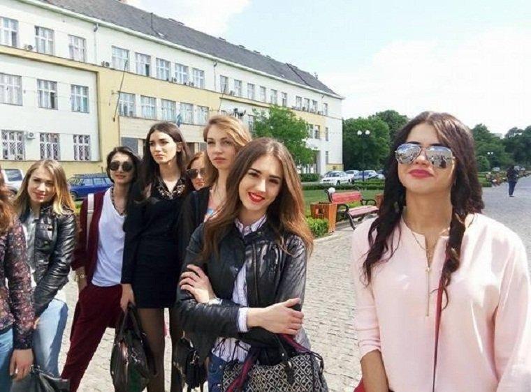 Экскурсию в ОГА для красавиц провели депутаты Ужгородского горсовета