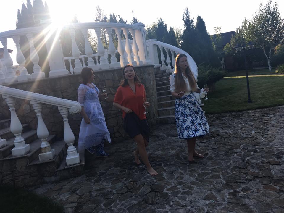 Татьяна Недельская пригласила на празднование дня рождения своих подруг