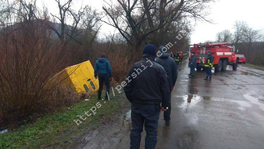 ДТП и пробки на Закарпатье: Автомобиль вылетел с дороги в канаву