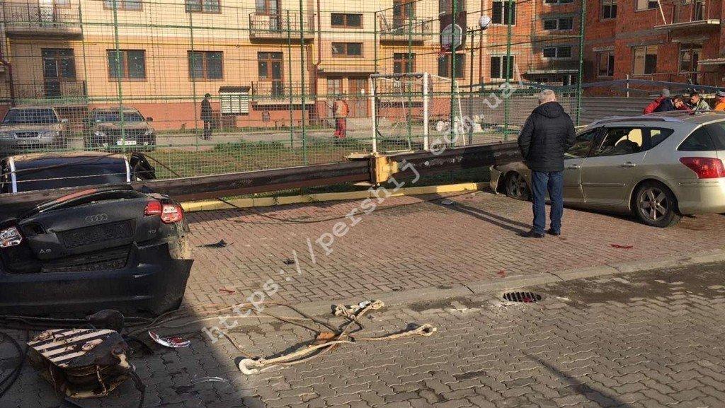 ЧП в Ужгороде: Строительный кран рухнул на припаркованные автомобили