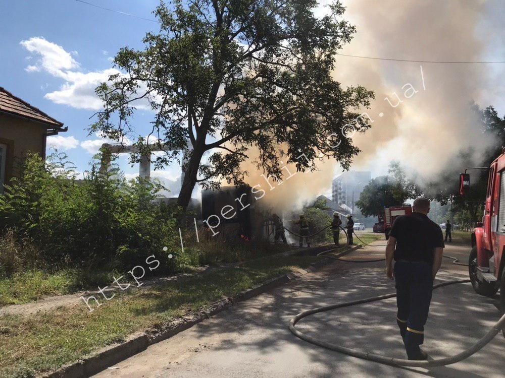В Закарпатье среди бела дня огонь охватил строительный вагончик