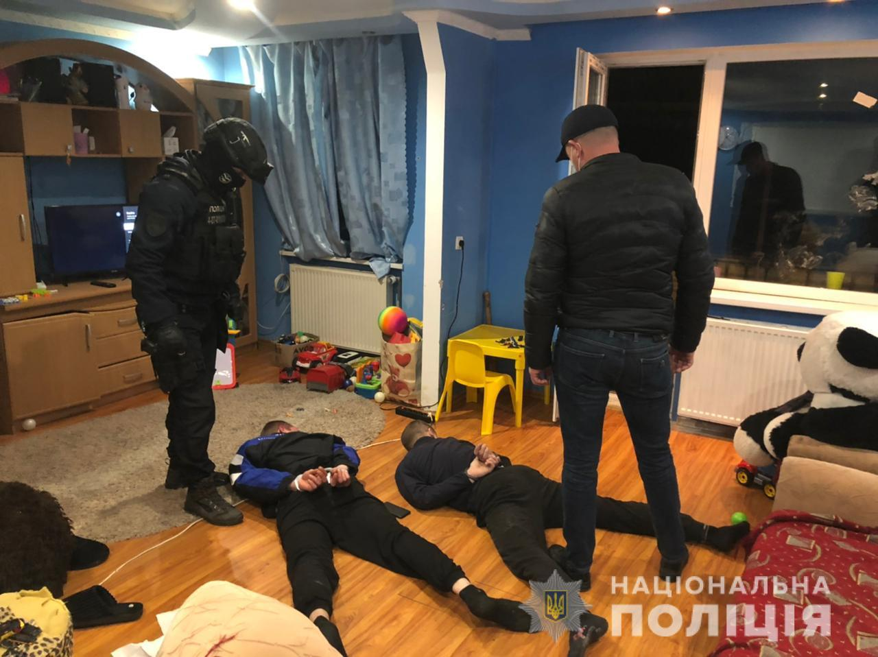 В Закарпатье рота полиции ворвалась в дом 24-летней мамы: То, что они там нашли, их лишило дара речи