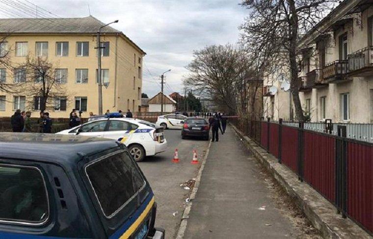 После стрельбы молодые люди на авто скрылись