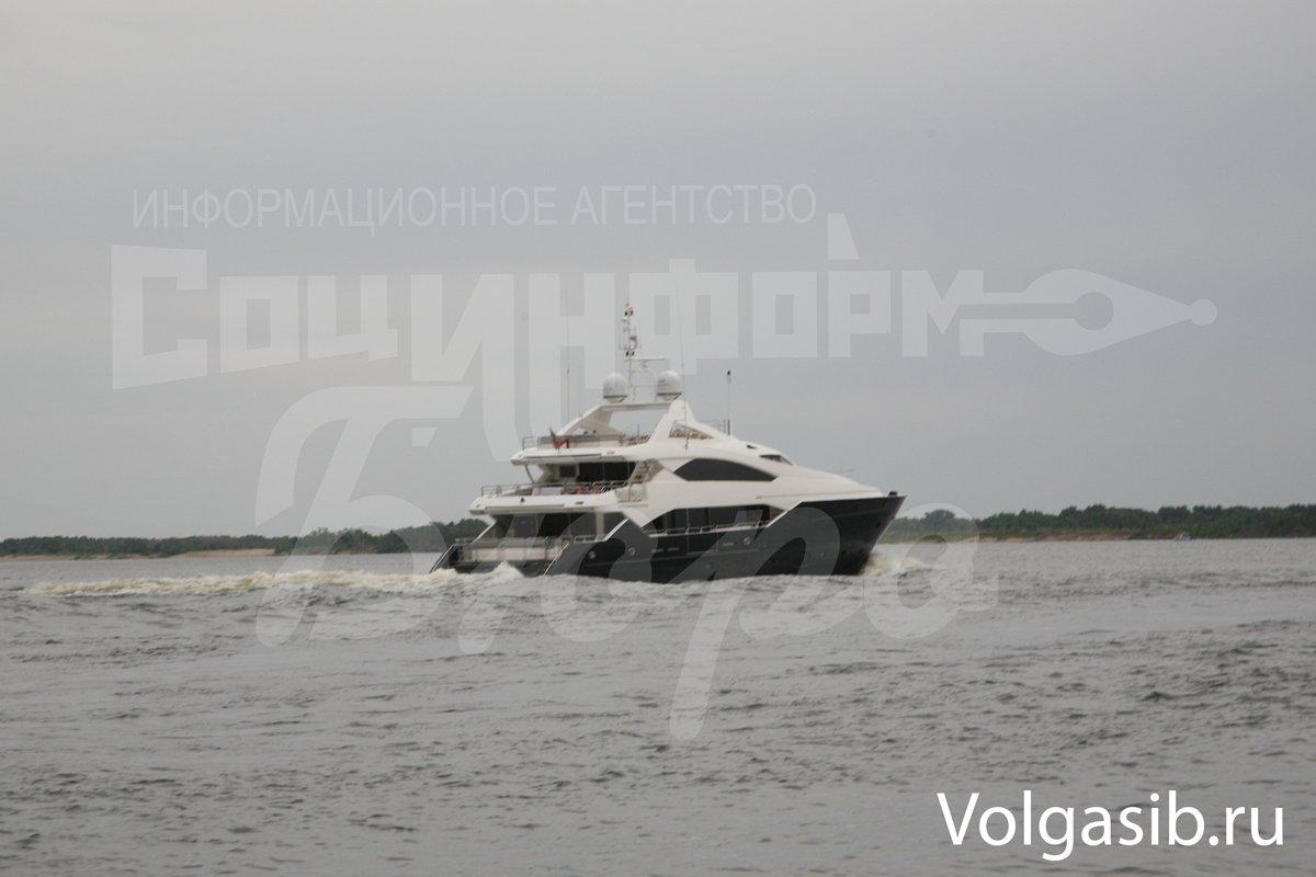 Янукович путешествует по Волге на трехпалубной яхте