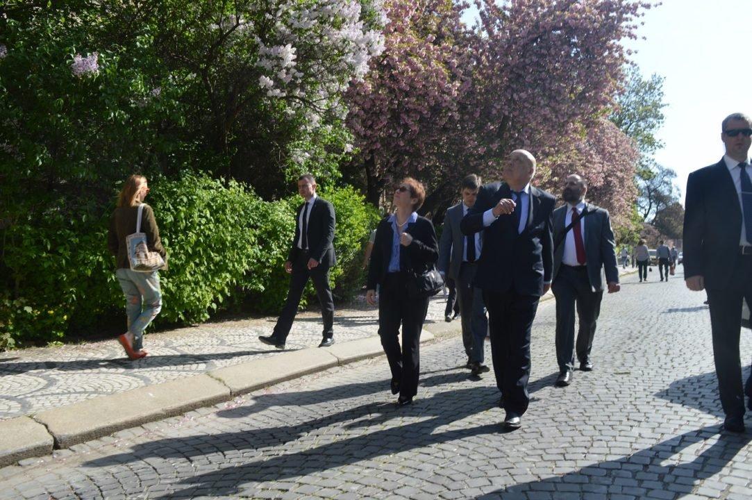 Посол США вдохновилась красотой цветущих сакур в Ужгороде