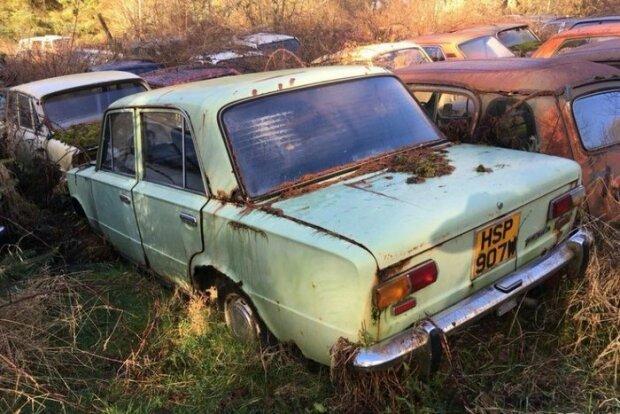 В сети появились снимки нового кладбища советских автомобилей в Англии