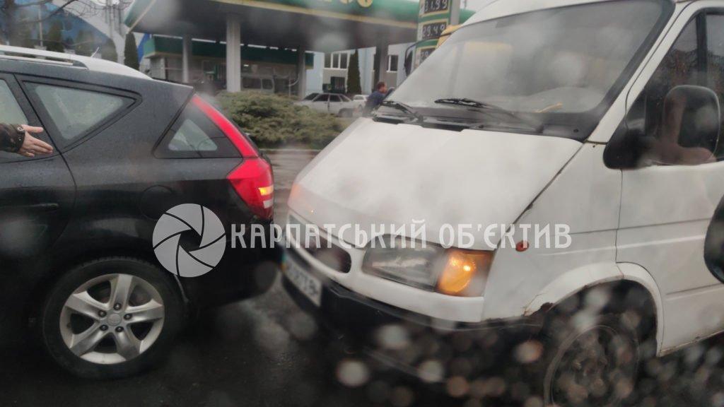 В Ужгороде на центральной улице ДТП: На месте пробки, движение сильно затруднено