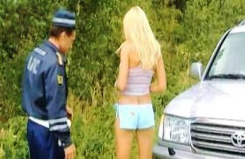 гаишник трахнул блондинку прямо на дороге тот случай