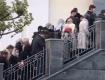 Без масок и перчаток: Куча людей рвалась на службу в Cвято-Троицкий собор