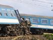 Жесткая авария в Венгрии: Поезд сошел с рельсов при столкновении с трактором