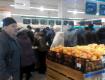 Закарпатцы боятся очередных подорожаний, в магазинах огромные очереди