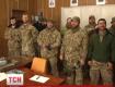 Трое американских солдат первыми получают украинские военные билеты