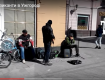 Мужчины исполняли музыку в стиле кантри-рок на губной гармони и гитаре