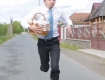 Главный герой после церкви спешит домой, преодолевая все преграды