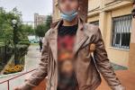 В Ужгороде парень сорвал злость на шинах автомобиля, при этом навредив и себе