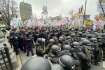 В Киеве под Радой митингуют предприниматели и ФОПы: Протестующие подрались с полицией