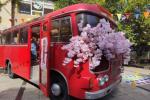 На набережной Независимостив ярко-красном ретро-автобусе, украшенном декоративными сакурами, организовали туристический информационный центр