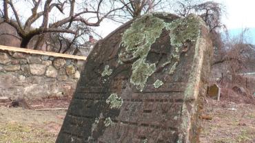 В Закарпатье ко Дню города взялись за старинное еврейское кладбище