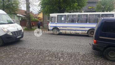 В Мукачево на центральной улице маршрутка с пассажирами попала в ДТП