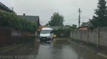Потужна злива добряче підтопила закарпатське місто Виноградів