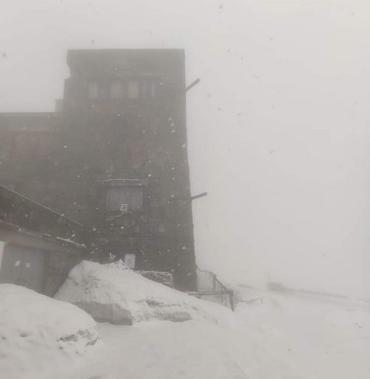 Світ таки перевернувся! Сніг знову владарює у горах Карпатах