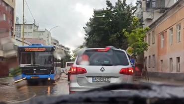 """Дощі знову """"дістали"""" мешканців Ужгород: затоплені вулиці, на яких автівки просто тонуть"""