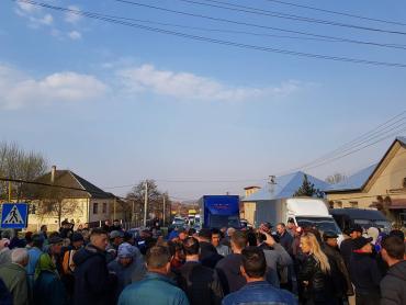 В Закарпатье возмущенные жители требуют ремонта дорог с шумным протестом