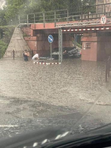 """В Ужгороде под переездом дорогой """"BMW"""" оказался узником водяной стихии"""