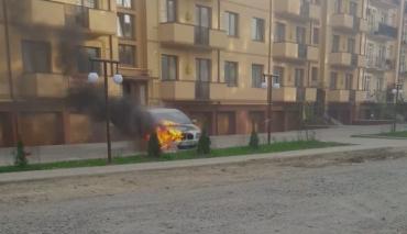 В Закарпатье бушующий огонь охватил крутую иномарку