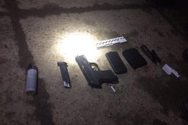 Закарпатець здійснив вистріли у двох чоловіків з пневматичного пістолета.