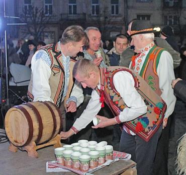 """У Мукачеві кращі винороби Закарпаття пропонують скуштувати свої """"червені"""" вина."""