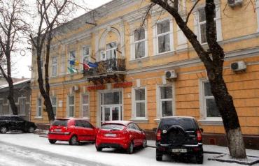 Прапори ЄС та Угорщини прикрашають будівлю міськради у Берегові.