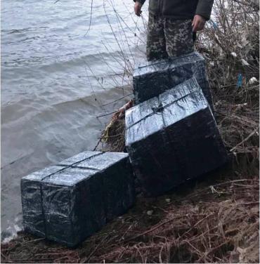На березі Тиси прикордонники виявили контрабандні пакунки з сигаретами