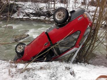 """Автівка зробила """"кульбіт"""" з дороги у гірський потік у Карпатах"""