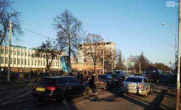 В Ужгороді зіштовхнулися відразу чотири автівки